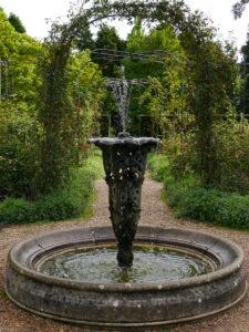 Brunnen im Rosengarten von Nymans Garden