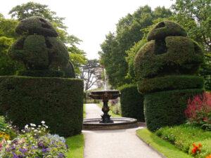 Doppel-Mixed-Border, Nymans Garden, Brunnen in der Mittel-Achse