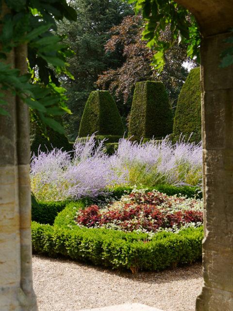 Der zweite kleine Hausgarten von Nymans Garden, Hecke mit Mauer-Zinnen-Topiary