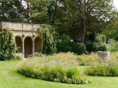 Die Sommer-Loggia in Nymans Garden