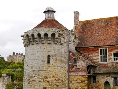 Teil vom Südflügel und Turm, mit Blick auf das neue Herrenhaus von Scotney Castle