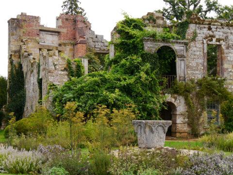 Vorplatz der Wasserburg von Scotney Castle