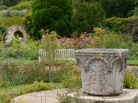 korinthisches Säulen-Kapitell auf dem Vorplatz der Wasserburg Scotney