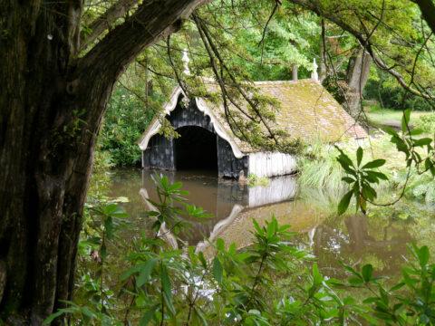 Das alte Bootshaus im Graben von Scotney