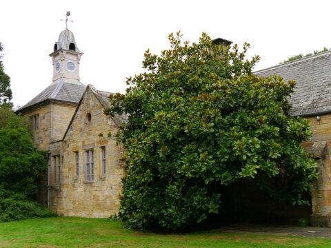 Zum oberen Herrenhaus Scotney gehört auch eine Kapelle, Wirtschaftsgebäude und ein Shop.