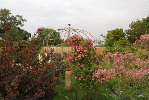 Der Rosenpavillon im Rosengarten