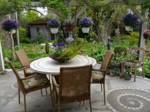 Terrasse mit Blick auf die linke Gartenhälfte