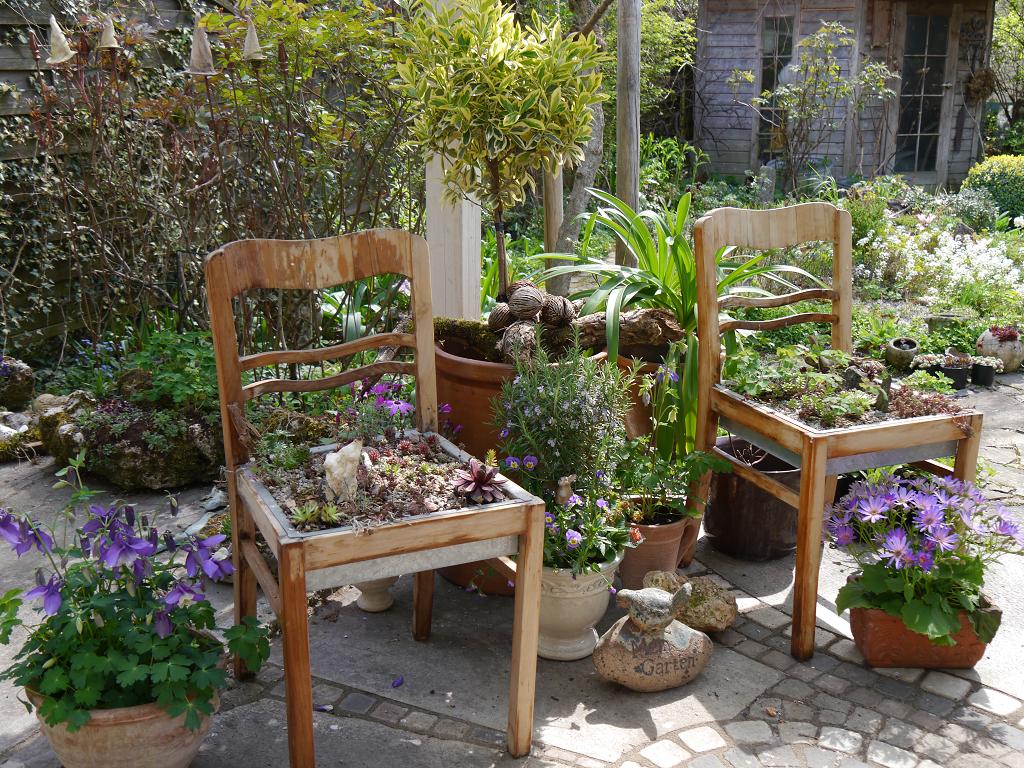Opas bepflanzte Stühle
