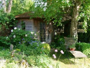 Die Hüttenecke mit Steingarten links