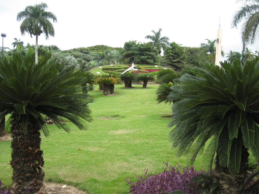 Die große Blumenuhr, zentral im Botanischen Garten von Santo Domingo gelegen