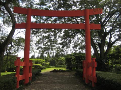 Torii, japanisches Glückstor am Eingang des Japanischen Gartens, Botanischer Garten Santo Domingo