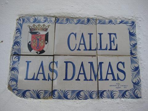 Straßenschild auf 'Azulejos' gemalt in der Zona Colonial in Santo Domingo