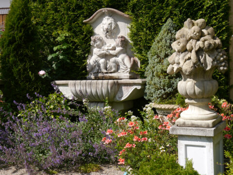 Barocker Brunnen mit Katzenminze 'Walkers Low', Pelargonium 'Angel Eyes Orange', Obere Terrasse Garten Petra Steiner