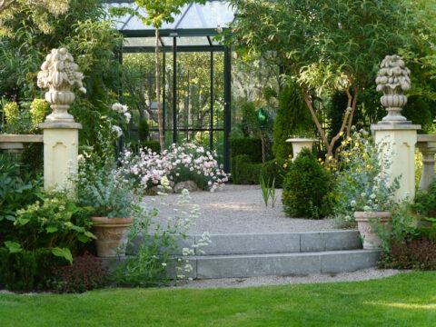 Viktorianisches Gewächshaus im Garten Petra Steiner