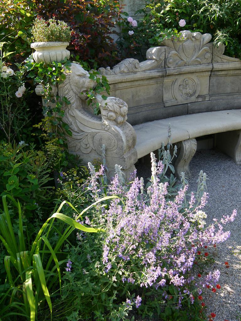 """Die opulente, mediterrane Steinbank im """"Goldenen Garten"""", Garten Petra Steiner"""