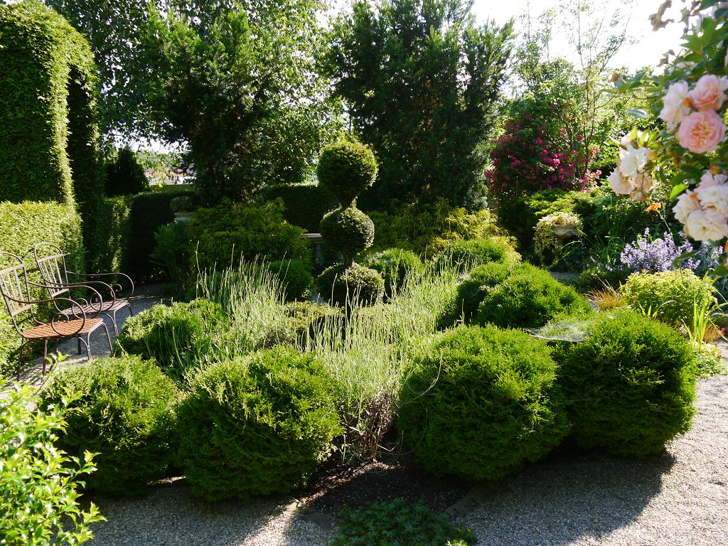 """Einem Knotengarten nachempfundenes Beet im """"Goldenen Garten"""", Garten Petra Steiner"""