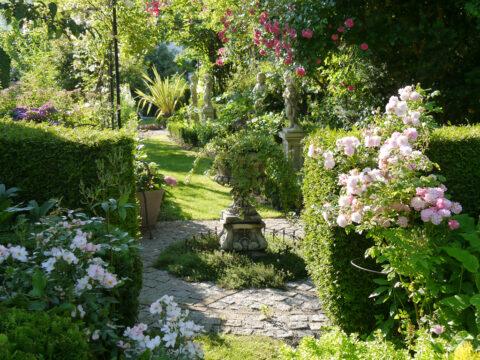 Der Rosen-Laubengang und die Putten der Vier-Jahreszeiten, Garten Petra Steiner