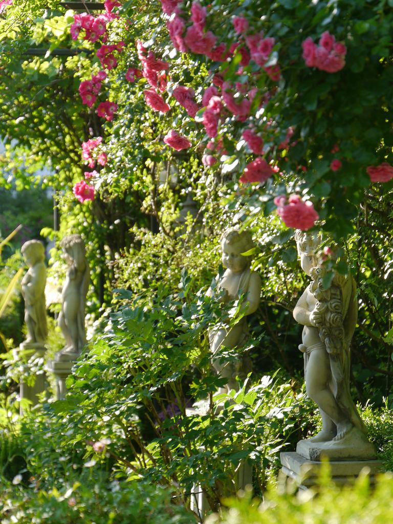 Die Vier Jahreszeiten Putti im Laubengang von Petra Steiner