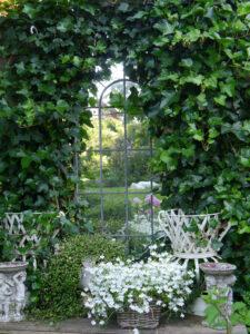 Die Spiegelwand zeigt schon die Farbe des weißen Teichgartens