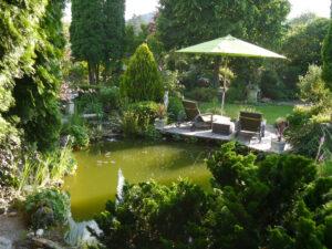Blick von der Weinlaube in den Teichgarten und den hinteren Teil des unteren Gartens.