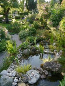 Der Bachlauf entlang der Grenze zum oberen Garten, Petra Steiner