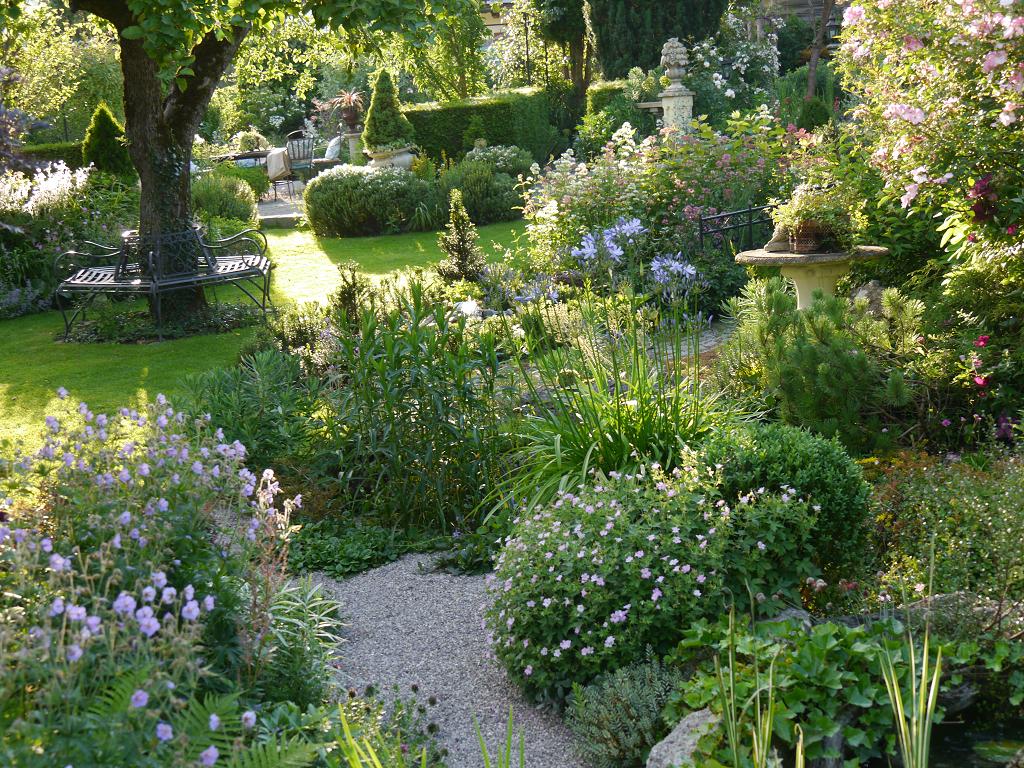 Blick von der Weinlaube nach vorne, Garten Petra Steiner