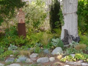 Skulptur im Schattenbeet, Garten Schroth