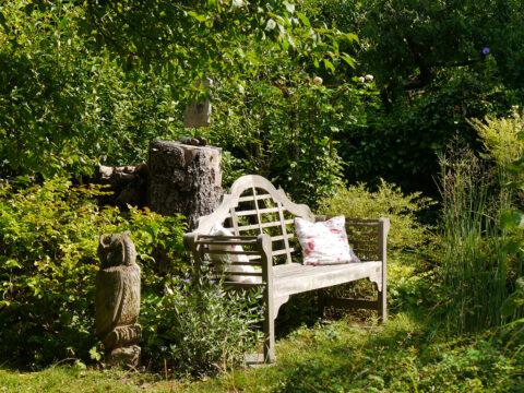 Die Sonnenbank am Teich, Garten Schroth