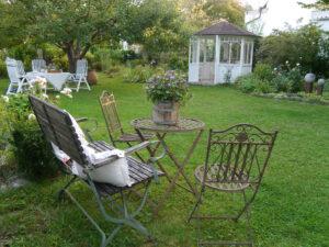 Viele unterschiedliche Sitzplätze laden im Garten Schroth zum Verweilen ein.