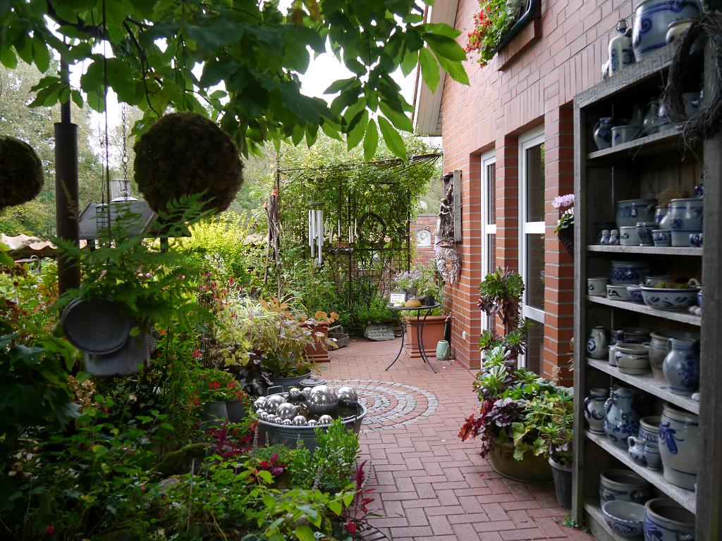 Hausfront mit Steingut-Sammlung im Moorjuwel Hedwig Weerts
