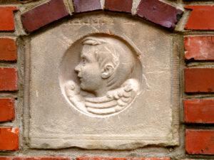 Relief in der Mauer, im Moorjuwel Hedwig Weerts