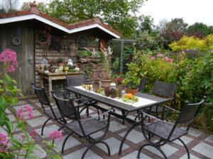 Einer der vielen Sitzplätze in Nähe des Gartencafes, Moorjuwel, Hedwig Weerts