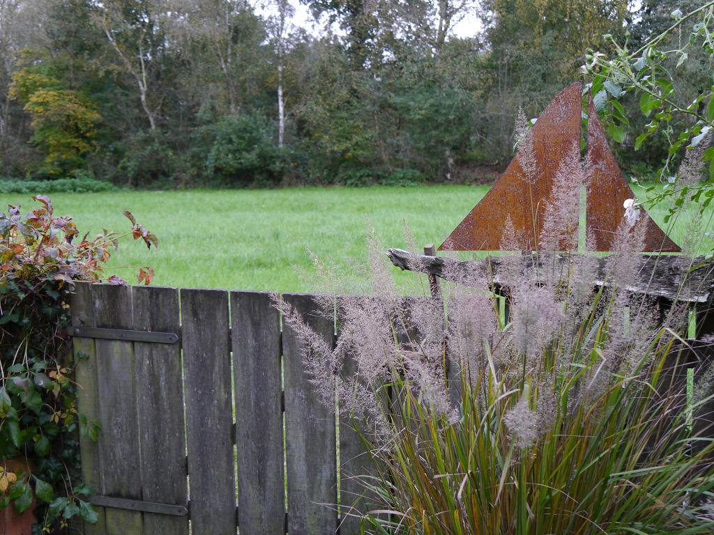 Leichte Holzkonstruktionen und Gehölze rahmen ab dem Tuunhuus ganz natürlich den Garten ein, Moorjuwel, Hedwig Weerts.