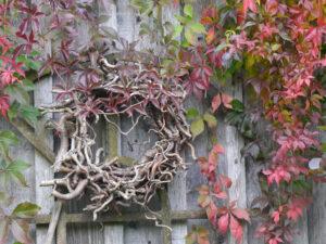 Leichte Holzelemente und lockere Gehölze umrahmen den großen hinteren Garten, Moorjuwel, Hedwig Weerts