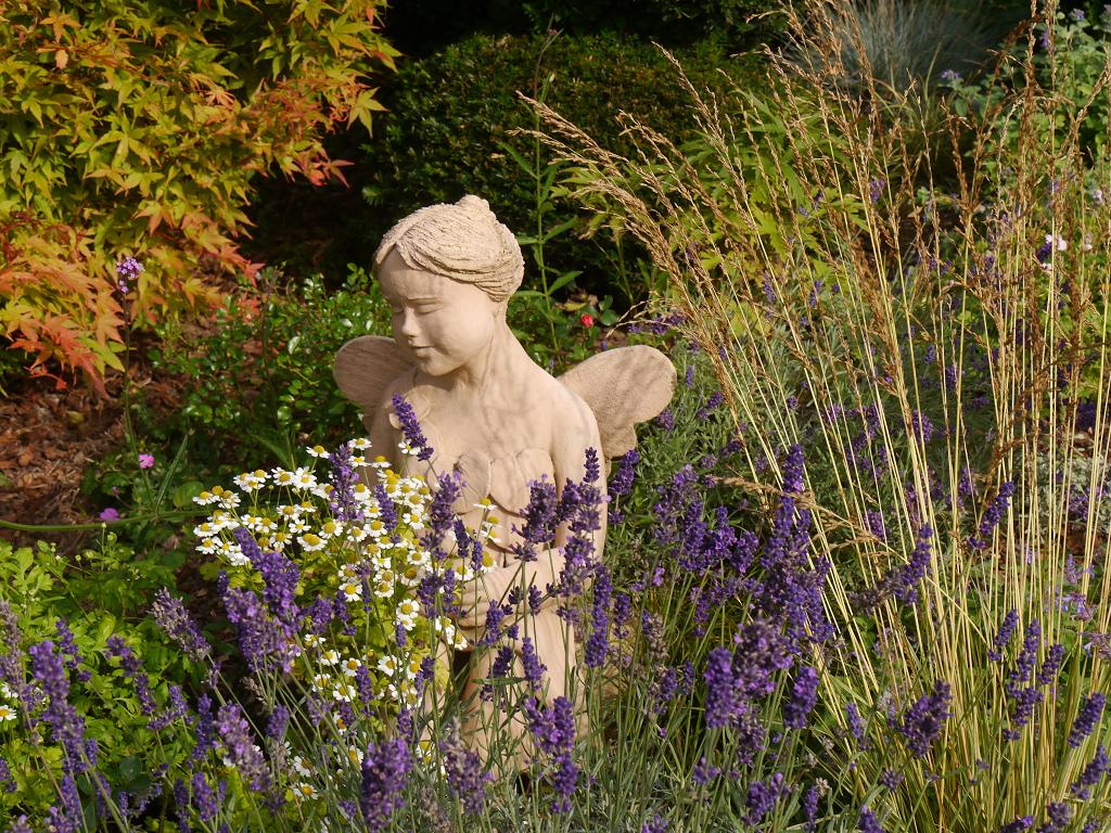 Eine kleine selbstgemachte Blumenelfe im Garten Gertrud Lothwesens.