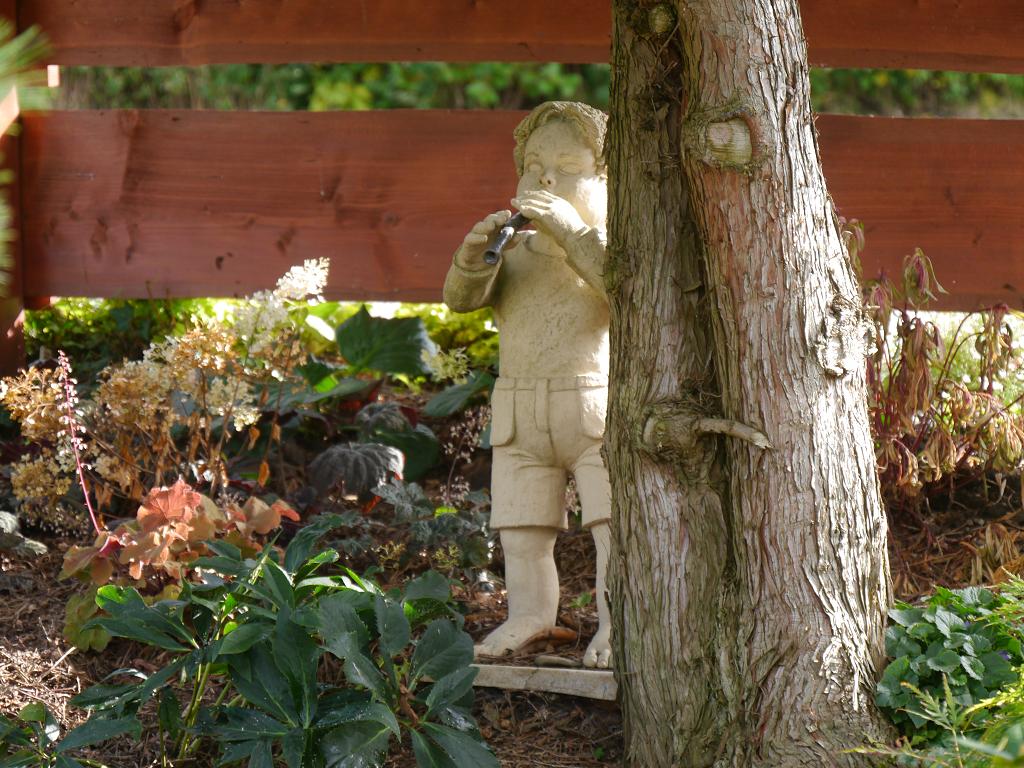 Flötenspieler, Keramik, Künstlergarten Gertrud Lothwesen, Vorgarten