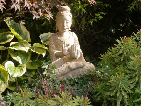 Künstlergarten Gertrud Lothwesen, Buddha im Vorgarten