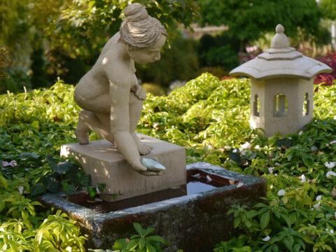 Brunnen-Keramik auf Terrasse Künstlergarten Gertrud Lothwesen.