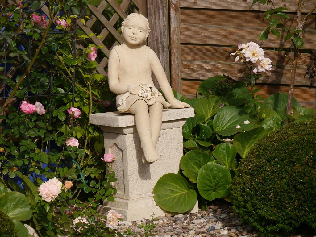 Blumenmädchen an Terrassenende, Künstlergarten Gertrud Lothwesen