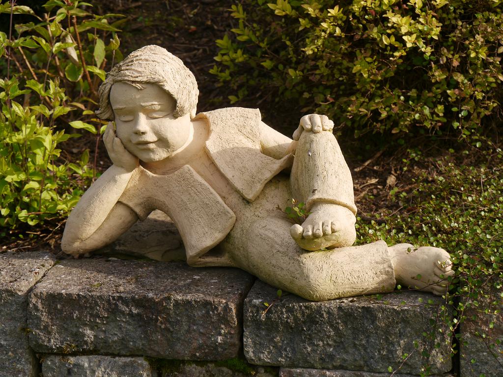 ruhender Junge, Künstlergarten Gertrud Lothwesen