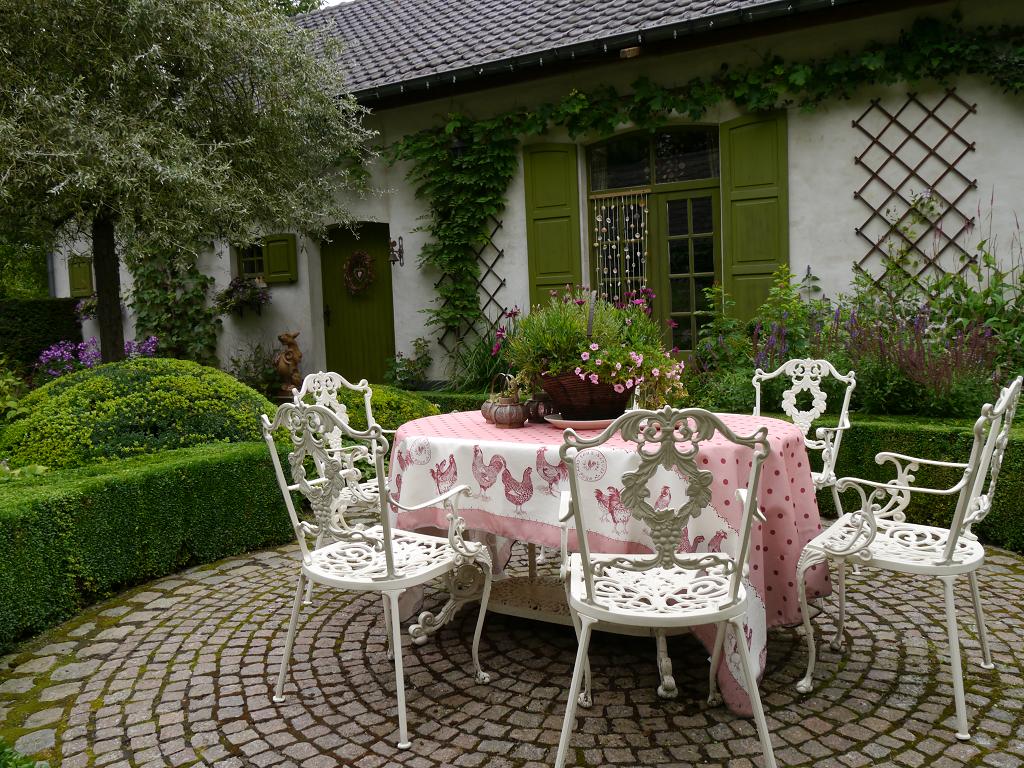 Innenhof mit Terrasse, Dina Deferme, Belgien