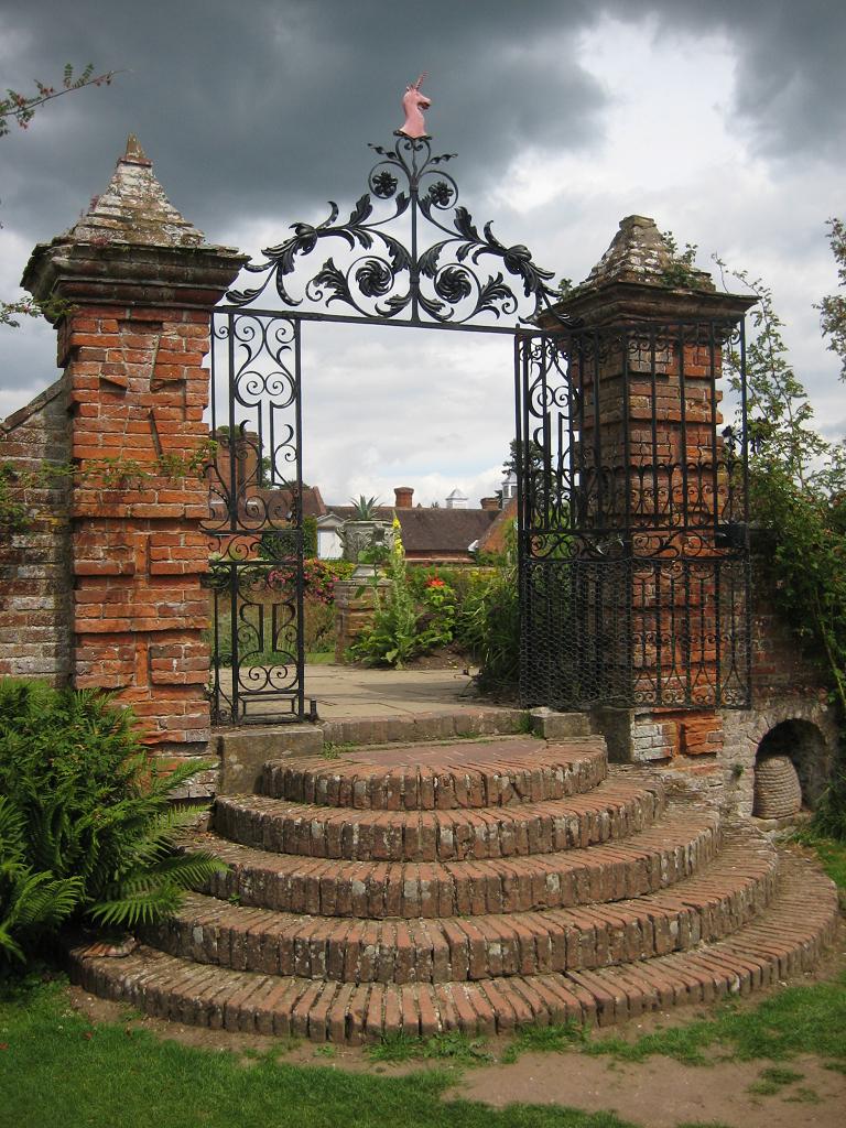 Schmiedeeisernes Tor aus dem Eibengarten zum Packwood House führend
