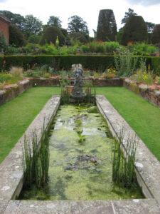 Pool im Sunken Garden von Packwood House