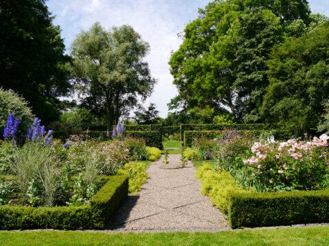 Blick über den Junigarten zum Spätsommergarten, Garten Moorriem