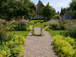 Blick über den Junigarten und Visitengarten zum Haus Moorriem