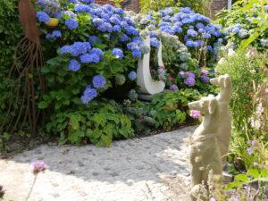 Windhundskulpturen bewachen das Rondell im Garten Erna de Wolff