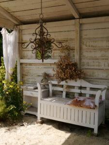 der weiße Pavillon im Garten Erna de Wolff