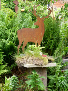 Vom weißen Pavillon blickt man direkt auf den kleinen exquisiten Farngarten im Garten Erna de Wolff