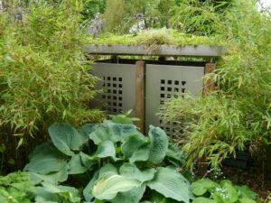 bepflanztes Tonnenhäuschen, fast zu schade für Müll - Staudengärtnerei Extragrün