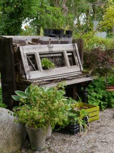 Altes Klavier im Eingangs- und Kassen-Bereich in der Staudengärtnerei Extragrün